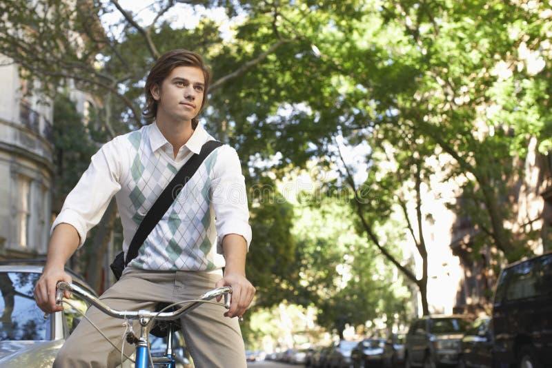 Geschäftsmann-Riding Bicycle On-Stadt-Straße lizenzfreie stockbilder