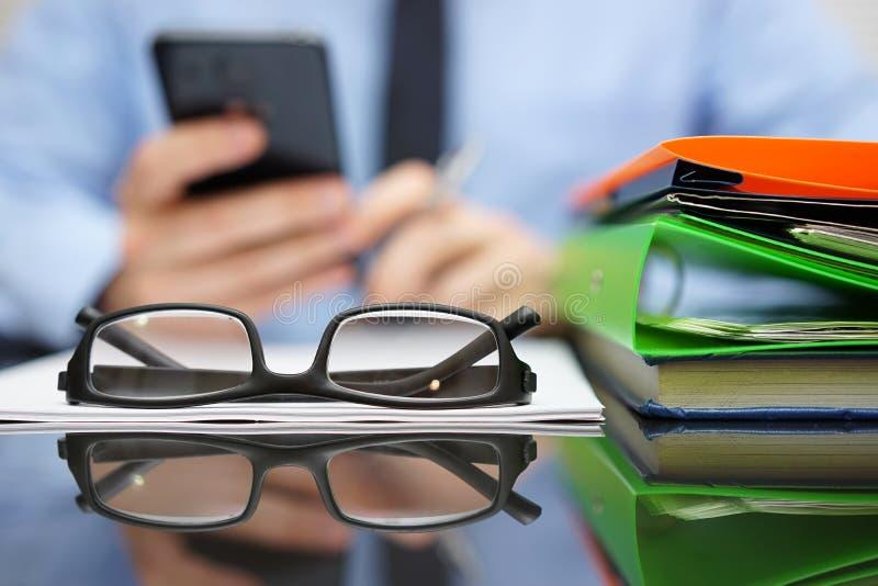 Geschäftsmann ruft Finanzberater für Hilfe an Fokus auf Glas stockbild