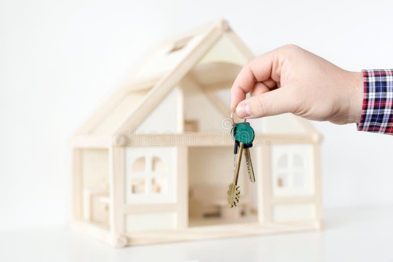 Geschäftsmann ` s Hand, die Schlüssel vom neuen Haus gibt Real Estate für Miete Angebot der großen Sache Spezieller Vorschlag und lizenzfreie stockbilder