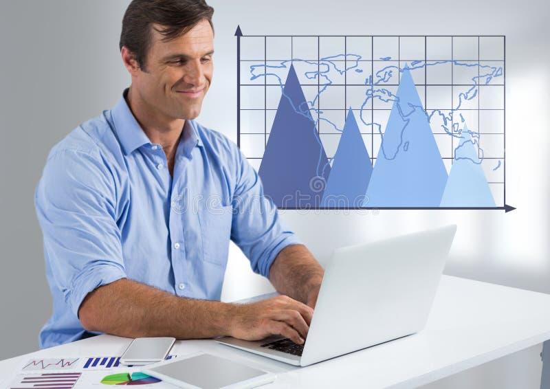 Geschäftsmann am Schreibtisch mit Laptop- und Dreieckdiagrammen mit Weltkarte auf Gitter lizenzfreies stockfoto