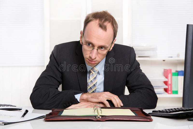 Geschäftsmann am Schreibtisch mit Problemen, Druck und überbelastetem Sitzen stockfotografie