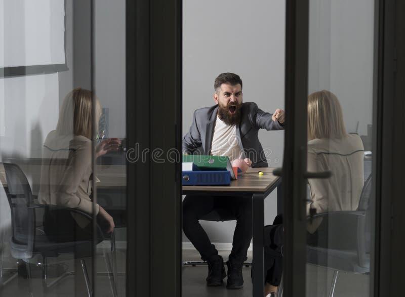 Geschäftsmann-Schuldfinanzierfrau in der Geldkrise Geschäftskonflikt und -konfrontation, Einsparungen und Mitteilungsblattkonzept lizenzfreie stockfotos