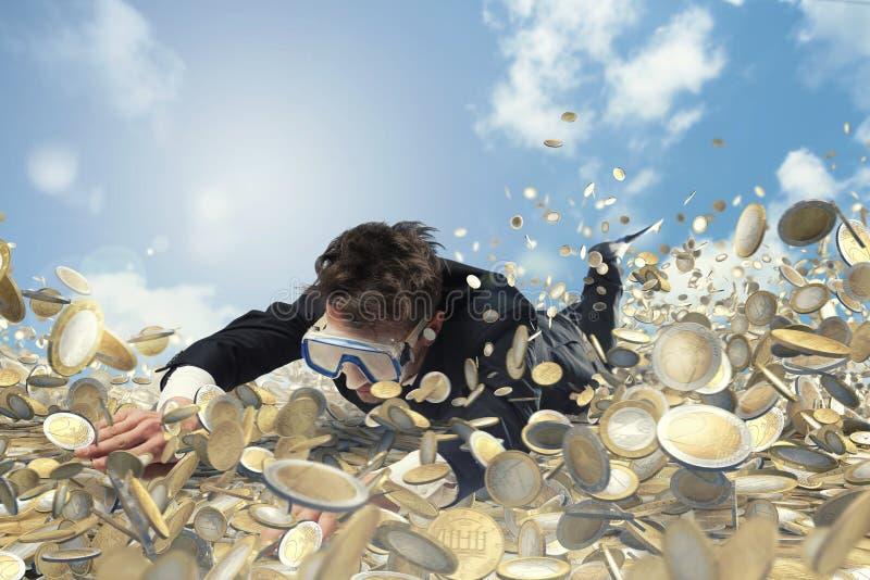 Geschäftsmann schwimmt in einem Pool des Geldes lizenzfreie stockfotos