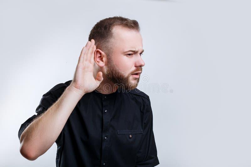 Geschäftsmann seine Hand nahe Ohr für sorgfältig hören halten stockfotos