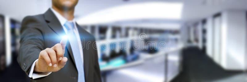 Geschäftsmann in seinem Büro unter Verwendung der Tastschnittstelle vektor abbildung