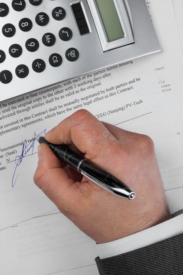 Geschäftsmann setzt seine Unterschrift auf ein Dokument lizenzfreie stockfotografie
