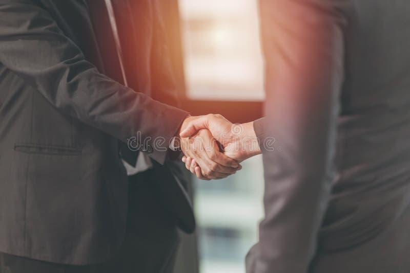 Geschäftsmann-Shaking-Hand, Projekt-Abkommen zusammen stockfotos