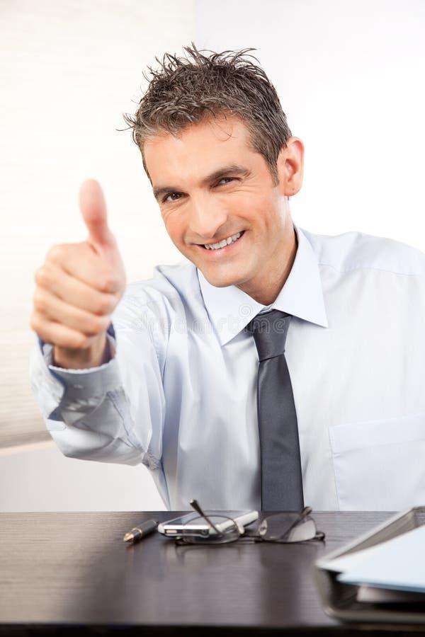 Geschäftsmann Showing Thumb Up lizenzfreie stockfotos