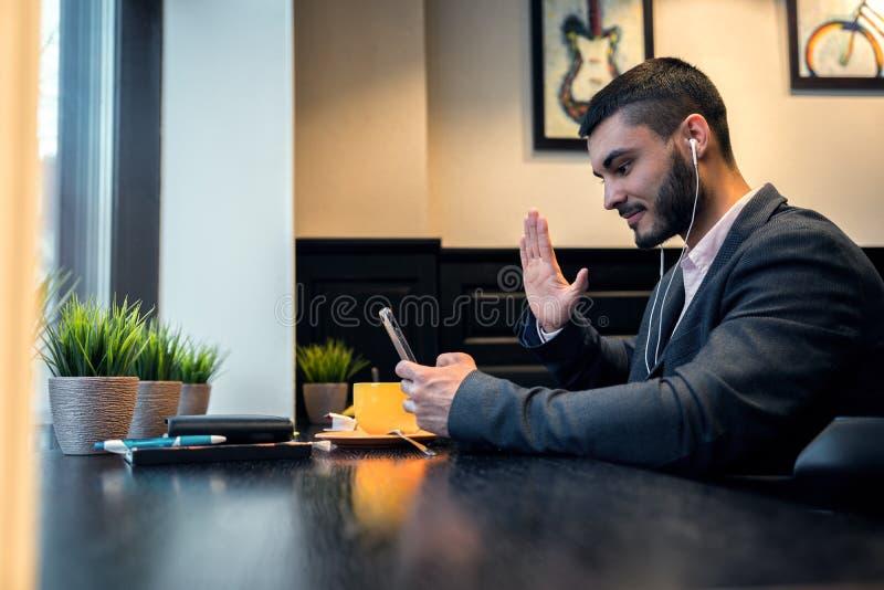 Geschäftsmann spricht auf Video unter Verwendung eines Smartphone lizenzfreies stockbild