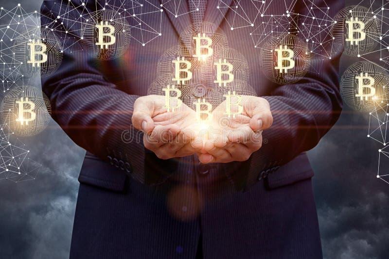 Geschäftsmann stützt bitcoins in seinen Händen lizenzfreies stockfoto
