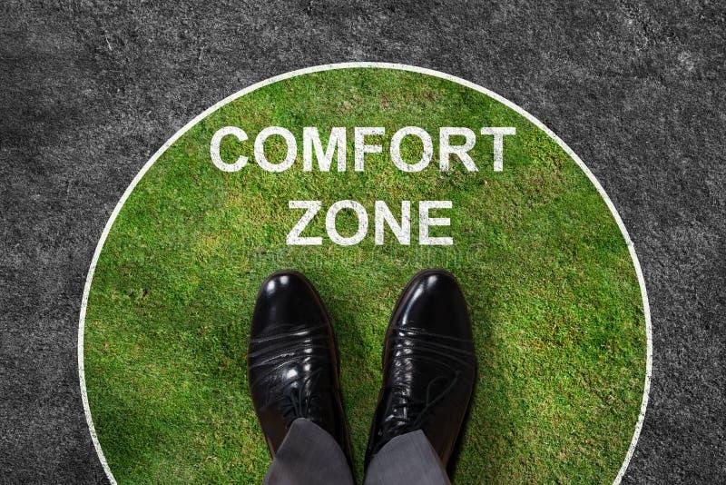 Geschäftsmann-Standing In Comfort-Zonen-Text lizenzfreie stockfotos