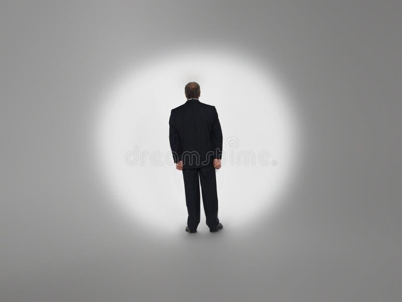 Geschäftsmann Standing In Spotlight lizenzfreies stockbild