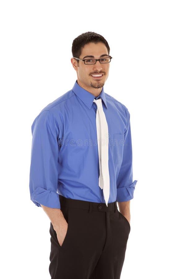 Geschäftsmann-Standplatzlächeln stockfoto