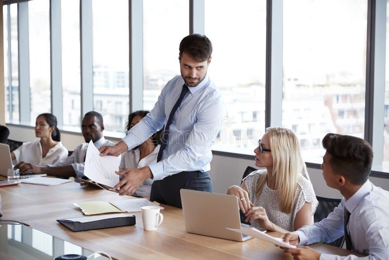 Geschäftsmann-Stands To Address-Sitzung um Brett-Tabelle lizenzfreie stockbilder