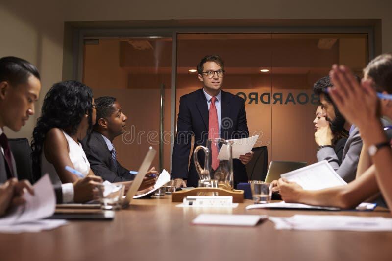 Geschäftsmann steht, sprechend zu Team bei der Sitzung, niedriger Winkel stockbild