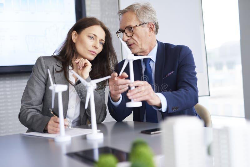 Geschäftsmann stellte neue Lösungen für alternative Energie vor stockfotos