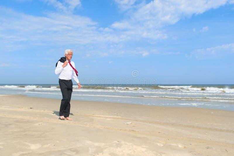Geschäftsmann am Strand stockfoto