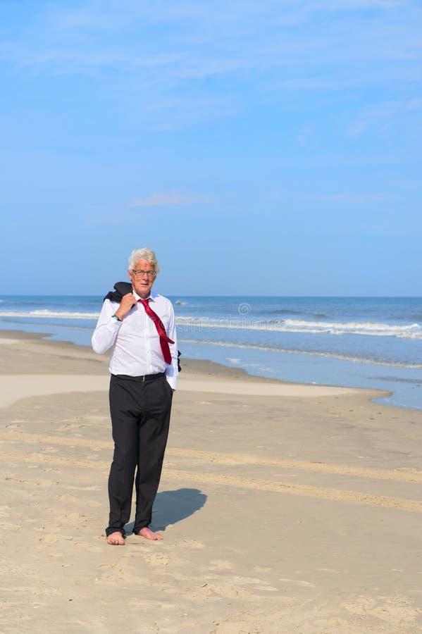 Geschäftsmann am Strand lizenzfreie stockfotos