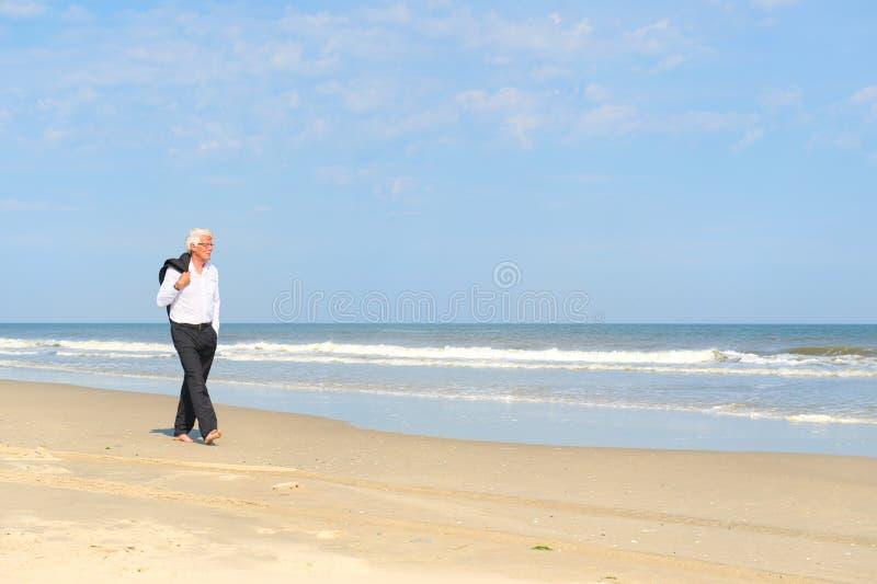 Geschäftsmann am Strand lizenzfreie stockbilder