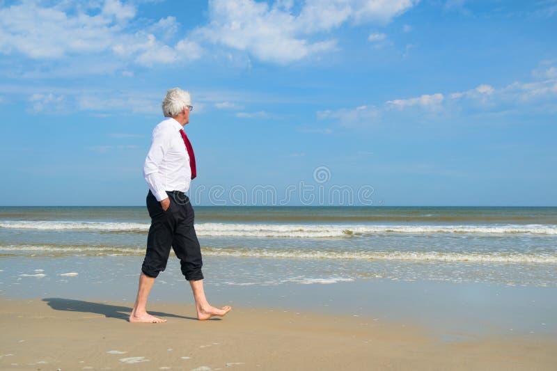 Geschäftsmann am Strand lizenzfreie stockfotografie
