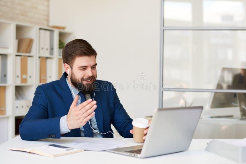 Geschäftsmann Talking durch Videoanruf stockfotos