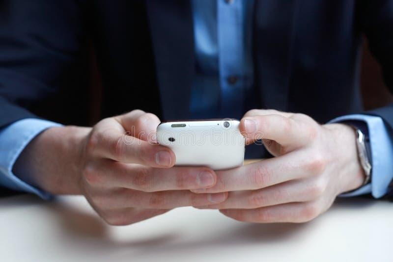 Geschäftsmann am Telefon lizenzfreie stockfotografie
