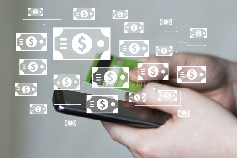 Geschäftsmann am Telefon betrachtet die Kreditkarteinformationen und sendet Dollarwährung lizenzfreie stockfotografie