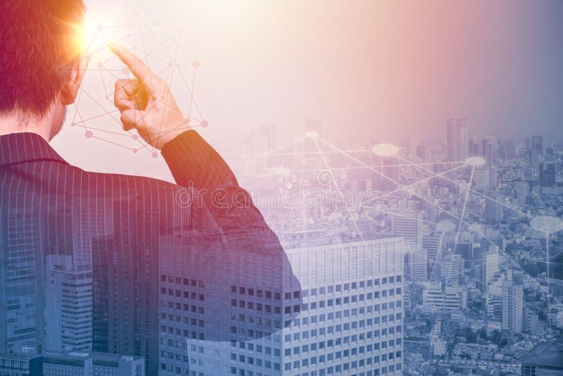 Geschäftsmann Thinking Creativity und Zusammenhang stockbild