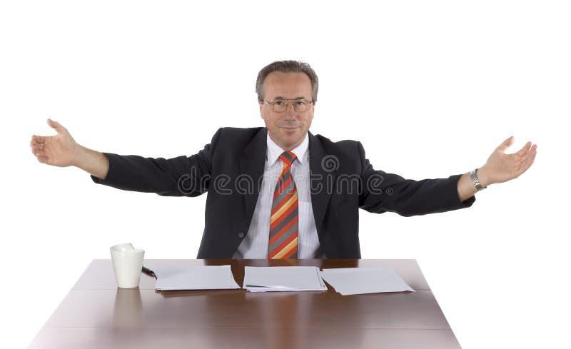 Geschäftsmann am Tisch lizenzfreie stockfotos