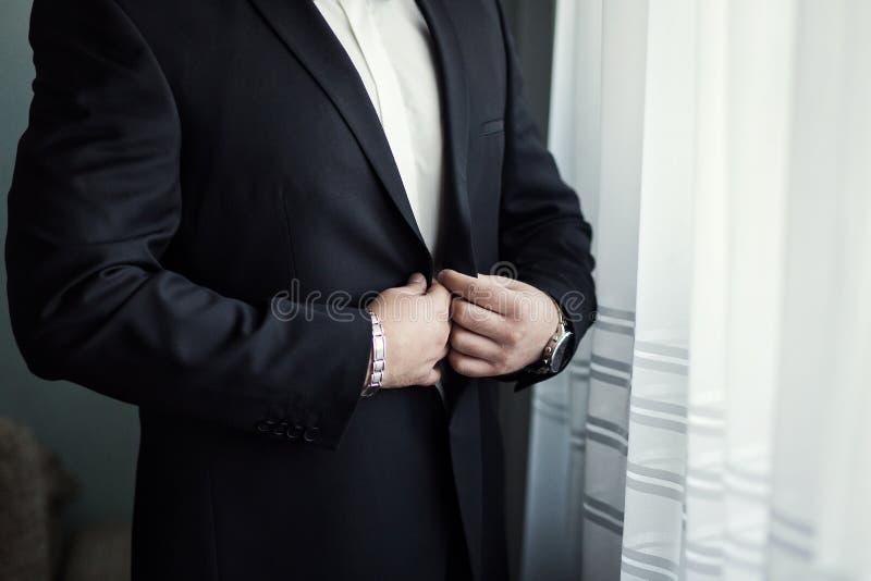 Geschäftsmann trägt eine Jacke Politiker, Mann ` s Art, Mann übergibt Cl stockbilder