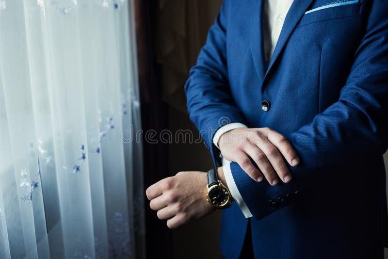 Geschäftsmann trägt eine Jacke Politiker, Mann ` s Art, Mann übergibt Cl lizenzfreie stockfotos
