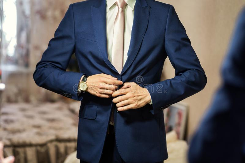 Geschäftsmann trägt eine Jacke Politiker, Mann ` s Art, Mann übergibt Cl stockfotografie