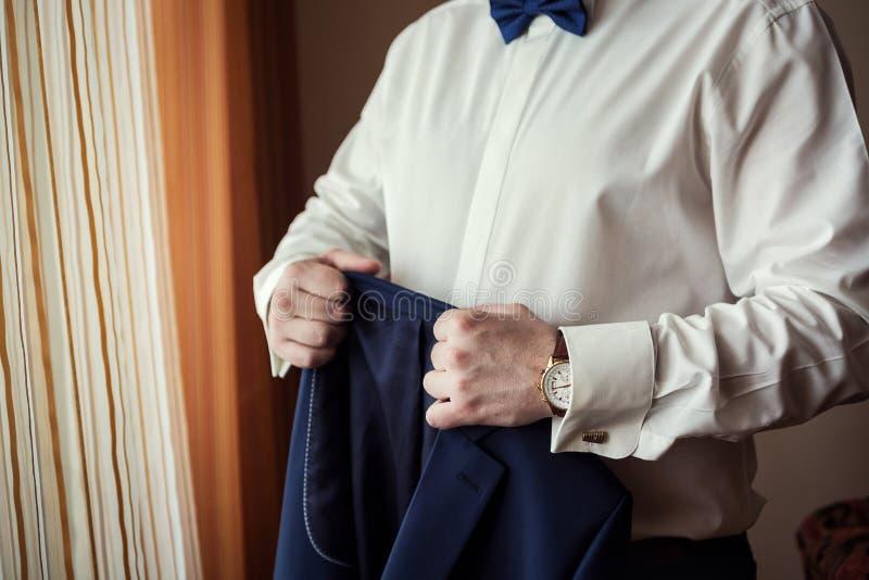 Geschäftsmann trägt eine Jacke Scharfes gekleidetes fashionist tragendes jac stockbild