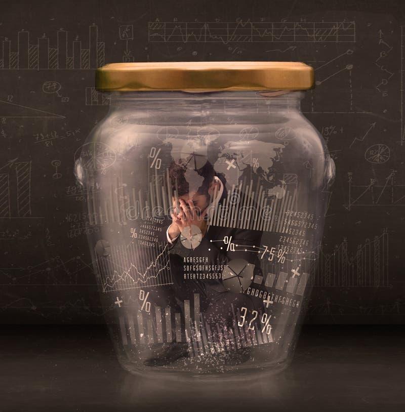 Geschäftsmann traped im Glas mit Diagrammdiagramm-Symbolkonzept lizenzfreies stockfoto