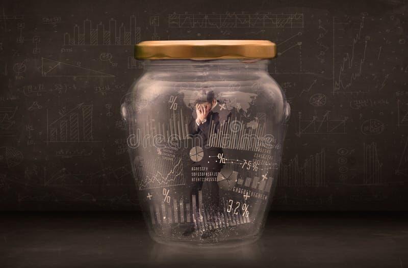 Geschäftsmann traped im Glas mit Diagrammdiagramm-Symbolkonzept stockfoto