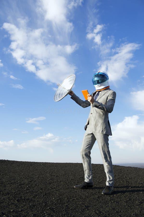Geschäftsmann Travels zur Zukunft mit Satellitentablet-Kommunikation lizenzfreies stockfoto