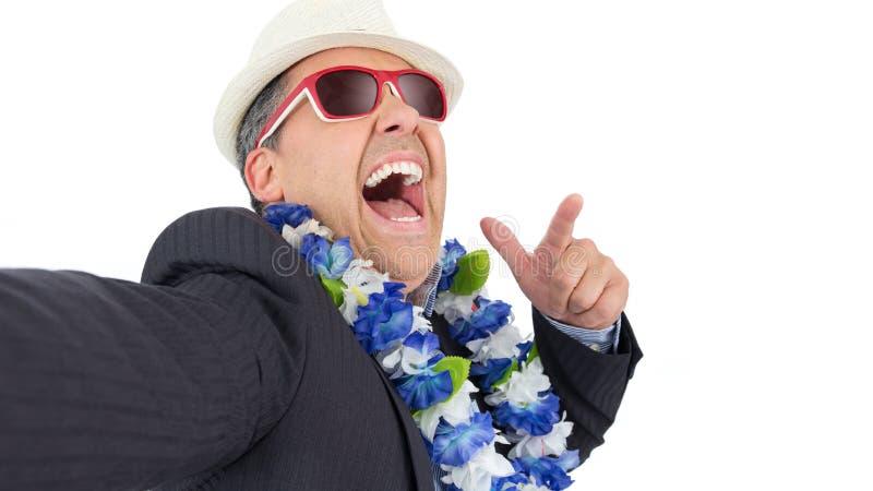 Geschäftsmann tut selfie POV Er trägt Anzug, hawaiisches neckl stockbilder