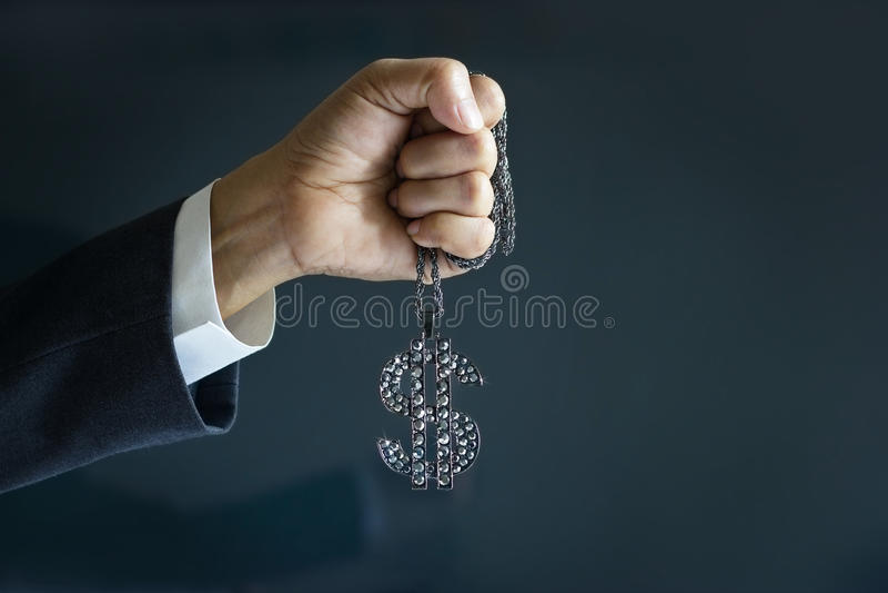 Geschäftsmann und Diamant unterzeichnen Dollar in der Hand vorwärts, um Erfolg, Geschäftskonzept anzuvisieren stockfotografie