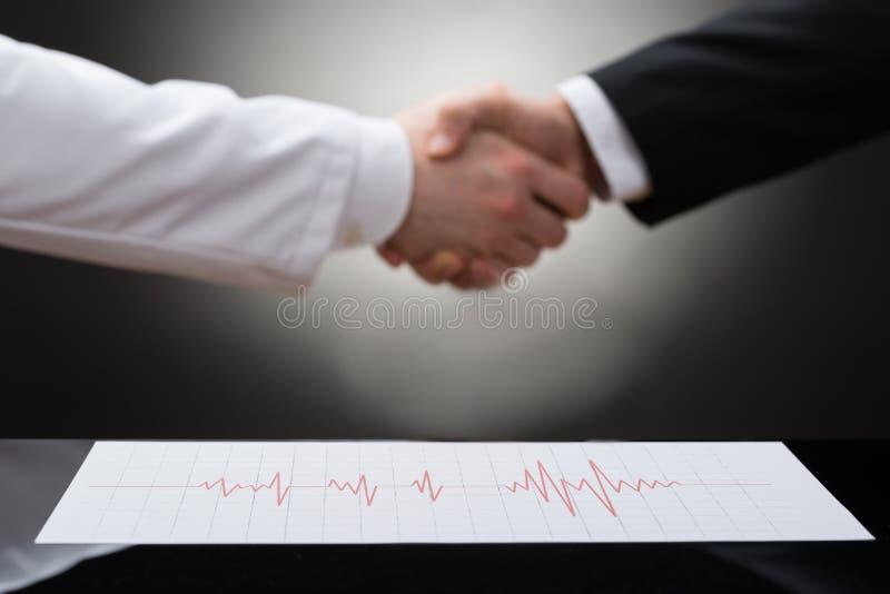 Geschäftsmann und Doktor, die Hand rütteln lizenzfreies stockfoto