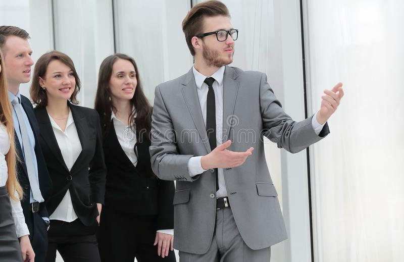 Geschäftsmann und eine Gruppe junge Geschäftsleute stockbild