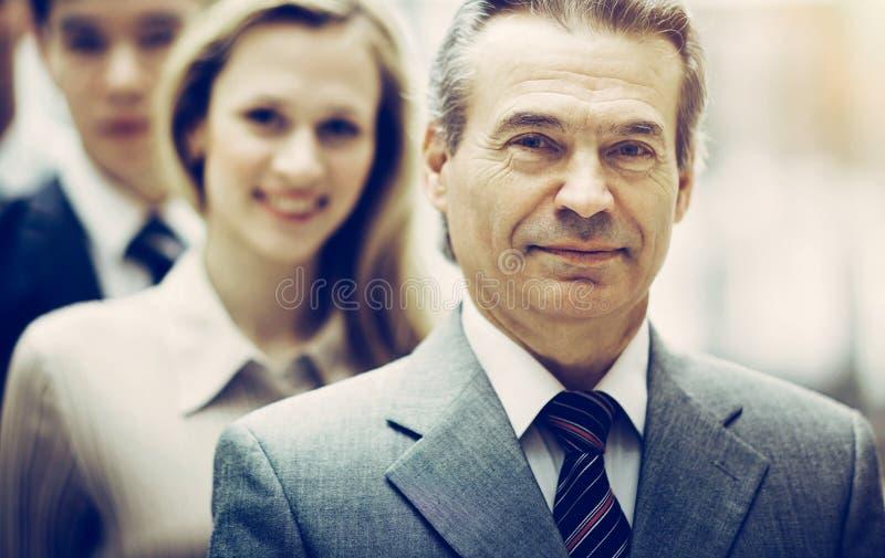 Geschäftsmann und erfolgreiches Geschäftsteam am Büroschauen stockfotografie