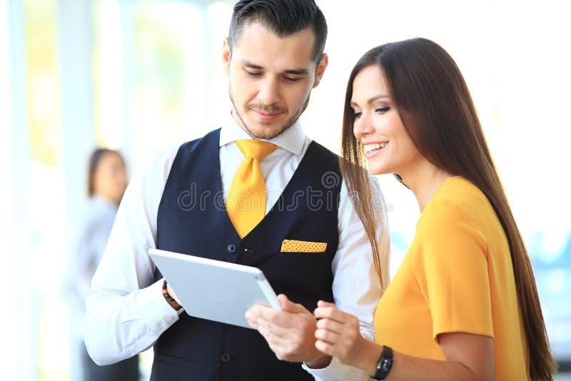 Geschäftsmann und Frau, die Arbeit besprechen stockbild