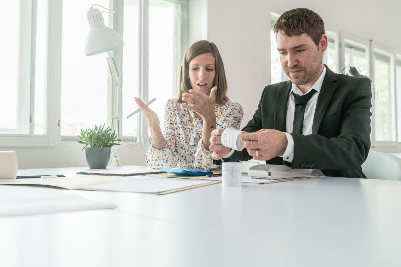 Geschäftsmann und Frau, die ihre Konten tun lizenzfreies stockfoto