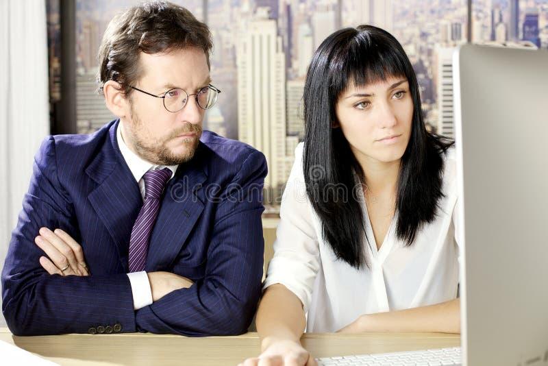 Download Geschäftsmann Und Frau, Die Vor Computer Im Büro In New York Arbeiten Stockfoto - Bild von amerikanisch, geschäftsmann: 47100654
