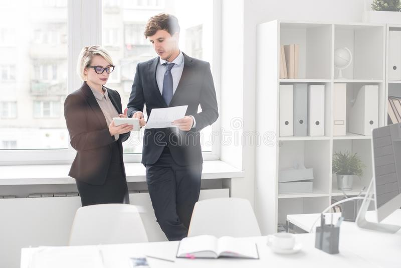 Geschäftsmann und Frau, die zusammenarbeiten lizenzfreie stockfotos