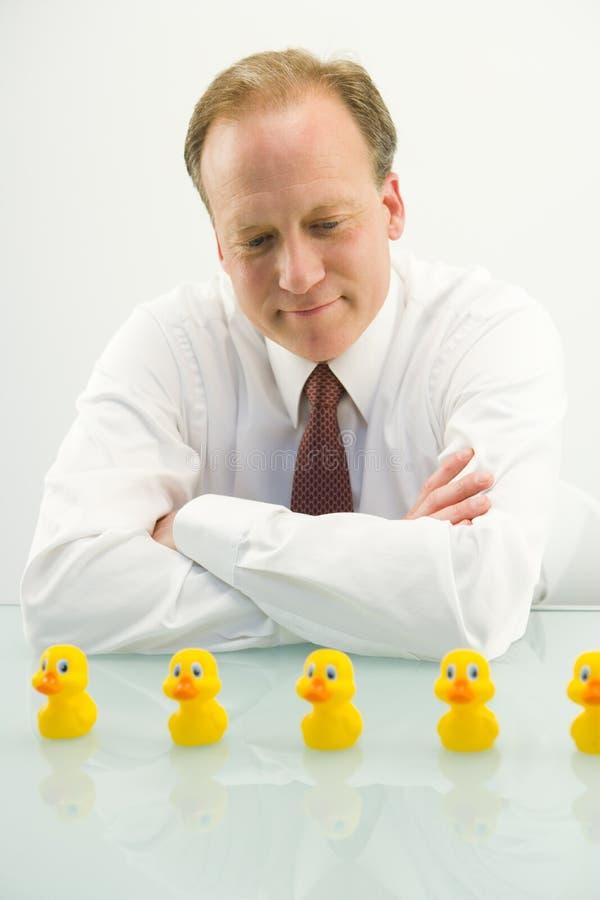 Geschäftsmann und gelbe Enten lizenzfreie stockfotos
