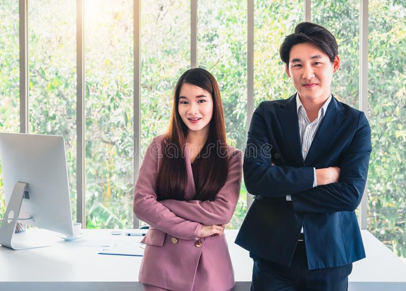 Geschäftsmann und Geschäftsfrau in der Klagenstellung laden jeder ein, Team sich anzuschließen lizenzfreie stockfotos