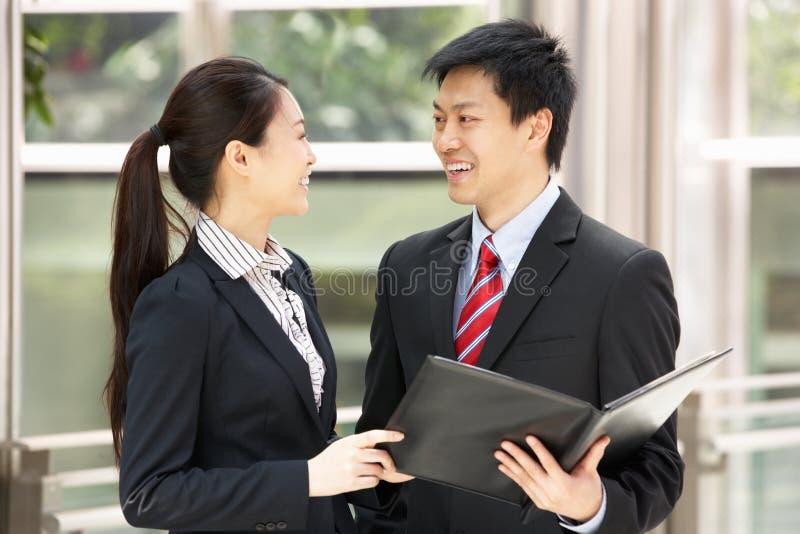 Geschäftsmann und Geschäftsfrau, die Dokument behandeln lizenzfreie stockfotos