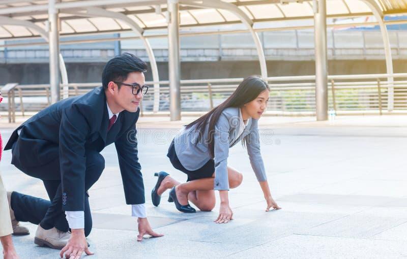 Geschäftsmann und Geschäftsfrau sind bereit, mit Herausforderung und Engagement auf den Erfolg zu setzen lizenzfreie stockbilder