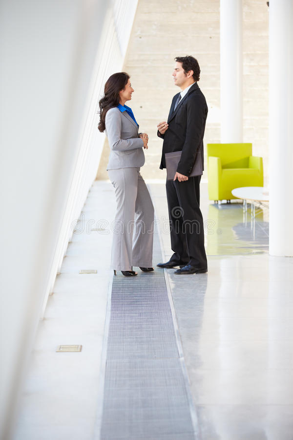 Geschäftsmann und Geschäftsfrauen, die im modernen Büro sprechen